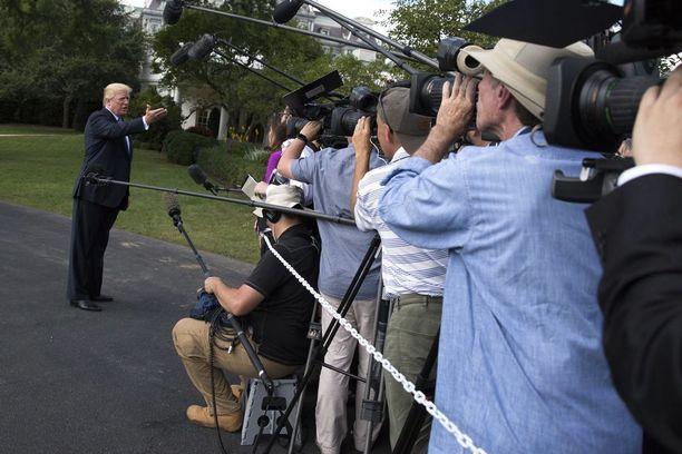 Donald Trump puhui medialle Valkoisen talon edustalla keskiviikkona.