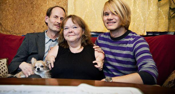 Pekka ja Angelika tutustuivat kirjeenvaihdon kautta 1980-luvulla. Ensi keväänä ylioppilaaksi kirjoittavan Johanneksen lisäksi perheeseen kuuluu myös Roni-koira.