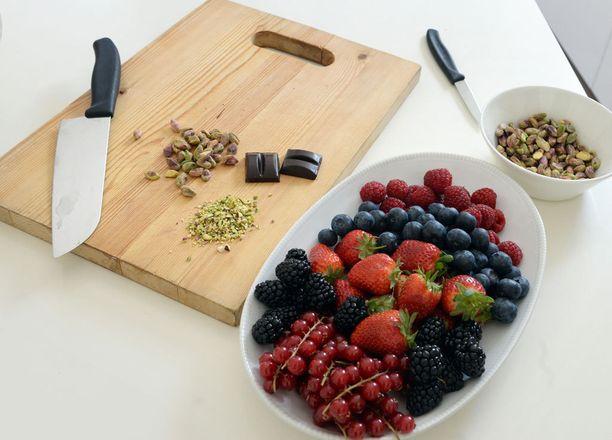 Marjat, pähkinät ja suklaa koristelevat kakun kuin kakun.