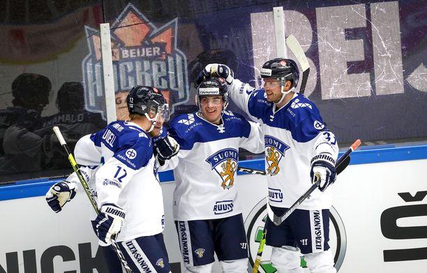 Jere Innala saa onnitteluja 1–2-kavennusmaalistaan Anton Lundellilta (12) ja Valtteri Kemiläiseltä (33).
