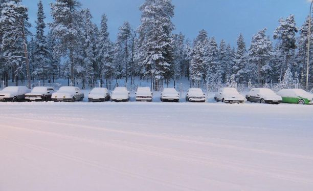 Kuvan lumen peitossa olevilla autoilla turvapaikanhakijoita saapui Venäjältä Raja-Joosepin rajavartioasemalla.