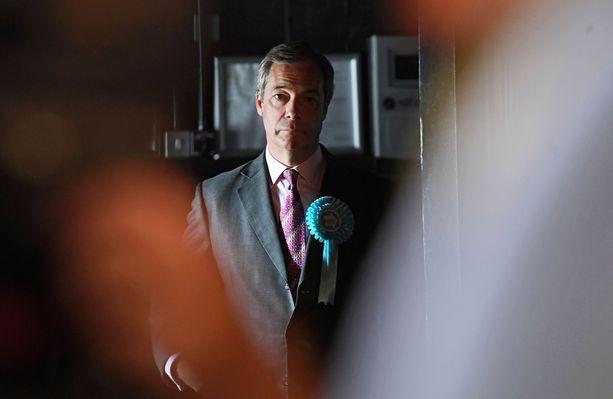 Brexit-puolueen johtaja Nigel Farage sai pirtelöstä.