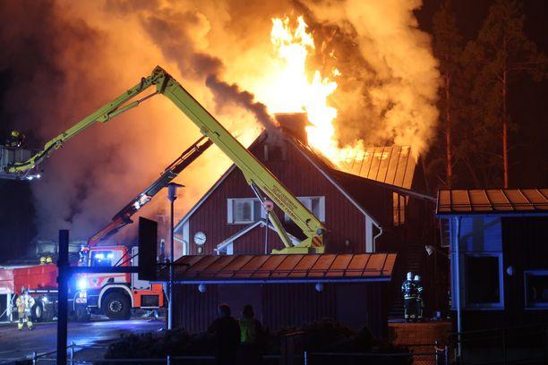 Pelastuslaitoksen päästessä paikalle Valkjärven koulu paloi jo voimakkaalla liekillä.