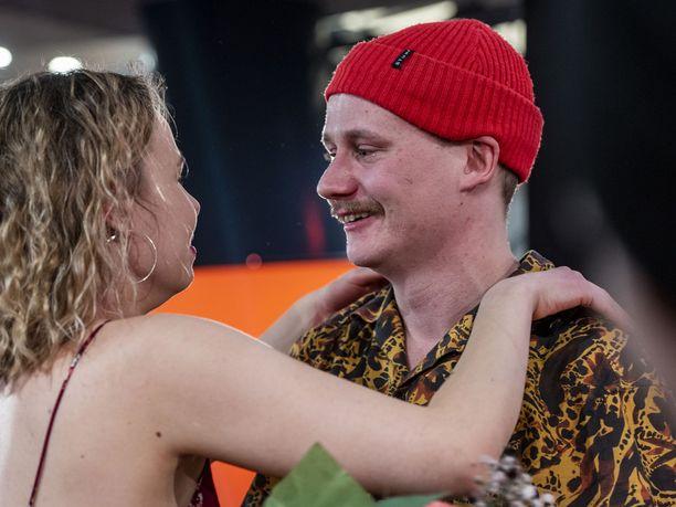 Kristian iloitsi voitostaan tyttöystävänsä kanssa.