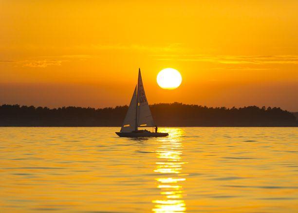 Purjehdus auringonlaskun kultaamilla aalloilla Porkkalan edustalla.