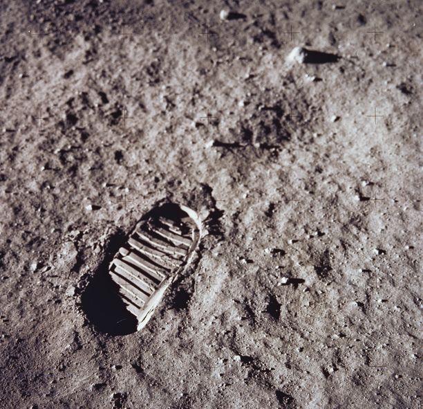 Armstrongin ensimmäinen jalanjälki Kuussa.