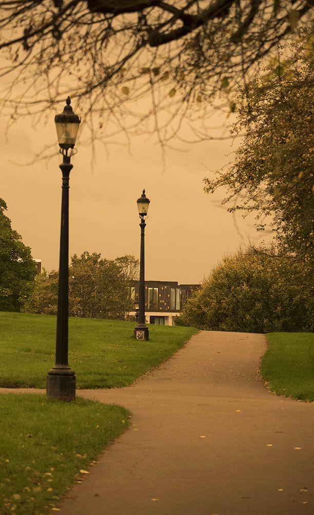 Tyhjillä puistoväylillä oli aavemaisen näköistä.