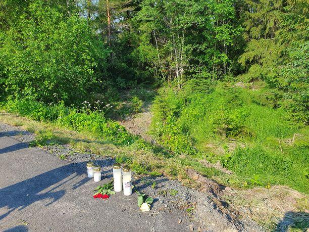 Auto suistui metsään. Paikalle on tuotu kynttilöitä.