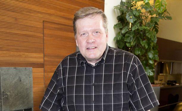 Lauri Karhuvaara työskenteli vuosikymmeniä aamutelevision juontajana.