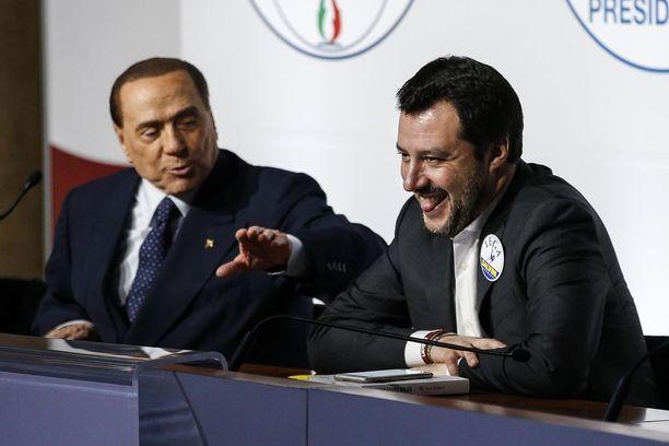 Forza Italian Silvio Berlusconi ja Pohjoisen liiton Matteo Salvini hymyssä suin torstaina.