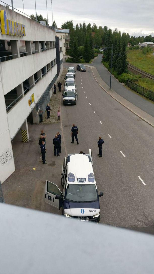 Tapahtumapaikalle hälytettiin useita poliisin partioita.