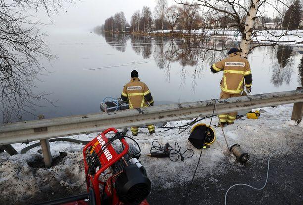 Kokemäenjoella Harjavallassa torjuttiin öljyvahinkoa joulukuussa 2017.