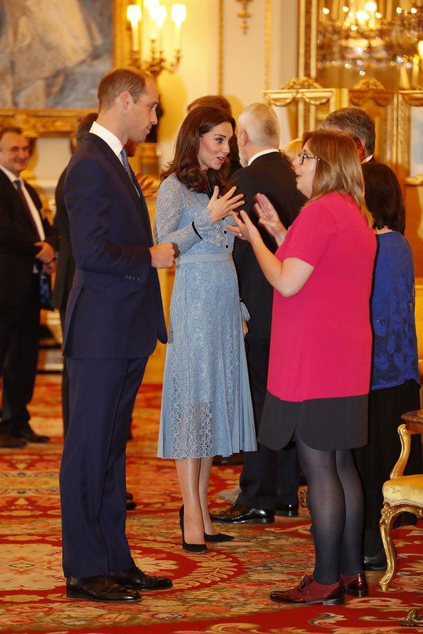 Hentoisella Katella voi havaita pikkuruisen vauvavatsan alun.