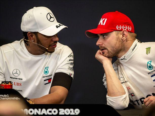 Valtteri Bottaksen pitää pystyä voittamaan Lewis Hamilton radalla ja sen ulkopuolella. 13:tta kauttaan ykkösissä ajava britti hallitsee ajamisen lisäksi myös työn muut osa-alueet mestarillisesti.