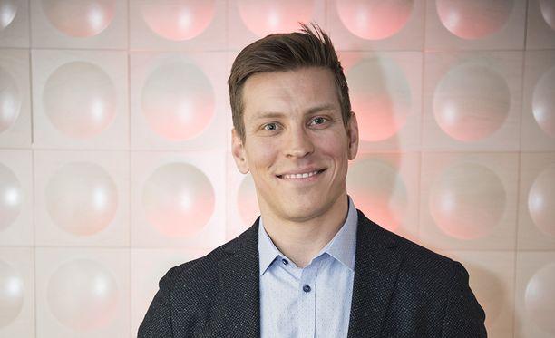 Antti Holman vaatekaappi on mustasävytteinen.