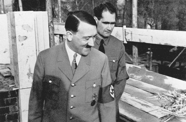 Adolf Hitler ja Rudolf Hess Münchenissä.