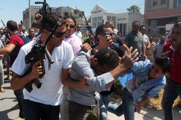 Turvajoukot saattoivat tuntematonta miestä, mahdollisesti iskusta epäiltyä Soussessa.