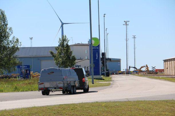 Puolustusvoimien pomminpurkuryhmä saapui Ajokseen hieman ennen kahta.