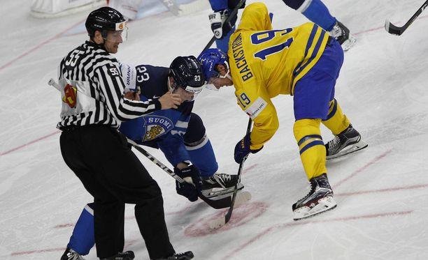 Suomi oli heikoilla aloituksissa. Kuvassa aloittavat Joonas Kemppainen ja Nicklas Bäckström.