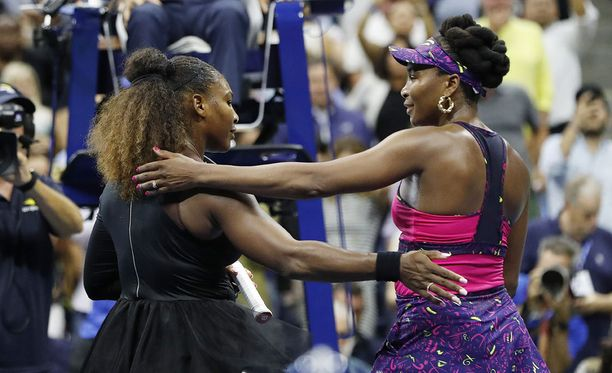 Williamsin siskokset Serena ja Venus olivat lämpimissä tunnelmissa murskajaistenkin jälkeen.