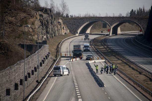 Poliisin rajavalvontaa ykköstiellä Uudenmaan rajalla lauantaina.