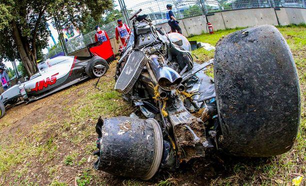 Tältä Alonson auto näytti takaapäin kolarin jälkeen.