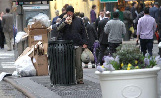 Richard Gere veti roolinsa täysillä muun muassa syömällä roskiksista ja juomalla pahvipussista.