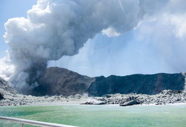 Paksu savupilvi kohoaa taivaalle White Island -saarella.