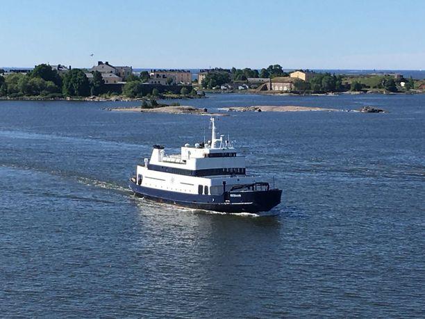 Isosaareen pääsee nyt entistä suuremmalla aluksella. Laivalla on kaksi aurinkokantta sekä ravintola.