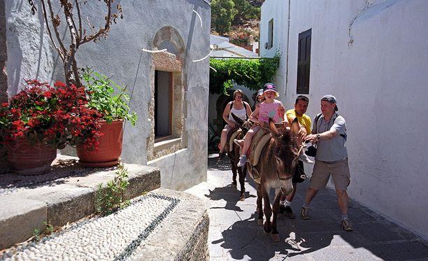 Myös Rhodoksella turistit pääsevät nauttimaan aasien selässä ratsastuksesta.