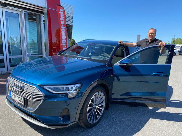 Seijäjokelainen Juha Köykkä on erittäin tyytyväinen Ruotsista Suomeen tuodun vuoden 2019 Audin täyssähköauto E-Tronin käyttäjä.