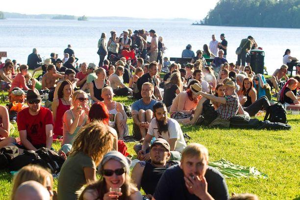 Vuonna 2013 juhannusaattona maan eteläosassa mitattiin hellettä ja pohjoisessakin päästiin 15 asteeseen. Samoissa lukemissa pysyttiin juhannuspäivänäkin, tosin varsinkin Lapissa saatiin myös vettä. Kuvassa juhannushelteestä nauttijoita Tampereella.