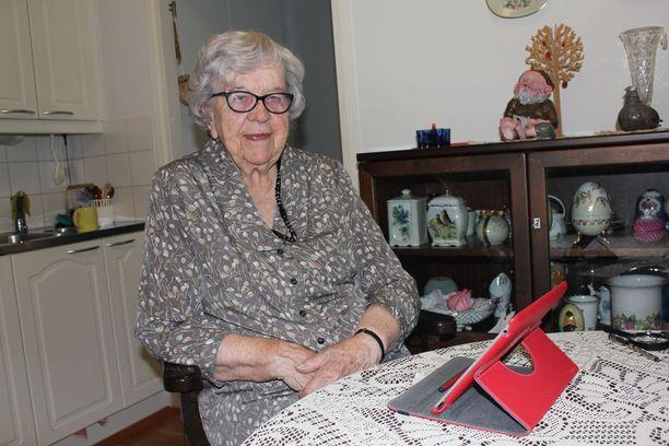 Eeva Wiss opetteli tablettitietokoneen käytön pari vuotta sitten.
