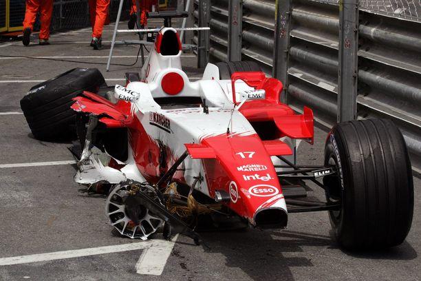 Toyota otti F1-projektissaan pahasti siipeensä. Valtaviin resursseihin nähden tulokset eivät olleet mairittelevia. Kuvassa Ralf Schumacherin kolaroima Toyota Monacossa 2005.