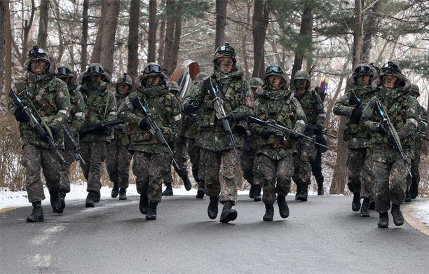 Etelä-Korealla on liki 700 000-päinen armeija ja kahden vuoden asevelvollisuus.