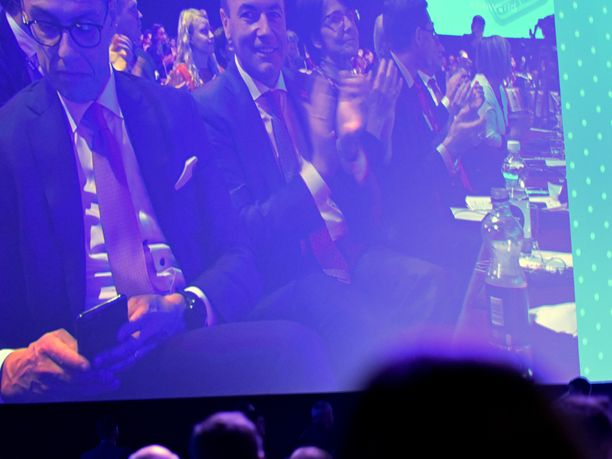 Messukeskuksen kokoussalin kamera näytti miten muu EPP-väki, kuten Saksan kärkiehdokasehdokas Manfred Weber, taputti liittokansleri Angela Merkelin puheelle, mutta Suomen Alexander Stubb naputteli kännykkäänsä.