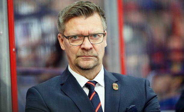 Jokereiden päävalmentaja Jukka Jalonen kritisoi lapsellisia virheitä kiekon kanssa.
