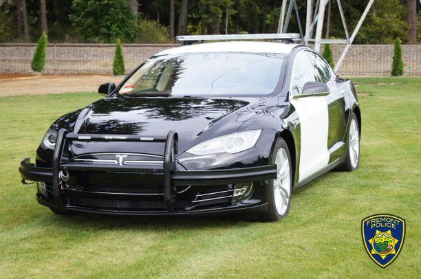 Majakka katolle, törmäyspuskurit eteen ja panssaria oviin. Siitä syntyy Tesla-poliisiauto.