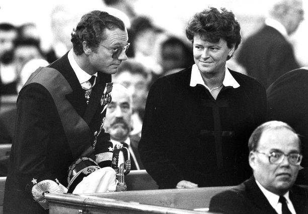 Ruotsin kuningas Kaarle XVI Kustaa ja Norjan pääministeri Gro Harlem Brundtland osallistuivat siunaustilaisuuteen Tuomiokirkossa.