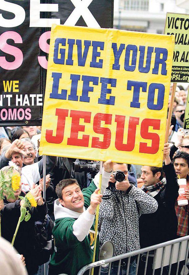 HERRANJEE! Kalifornian ensimmäinen homoavioliitto herätti San Franciscossa niin kuumia tunteita, että uskovaiset suosittelivat sen osapuolille lääkkeeksi Jeesusta.