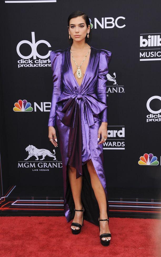Billboard Music Awards -gaalaan tähti valitsi violetin satiinimekon, joka henkii kasarivaikutteita.