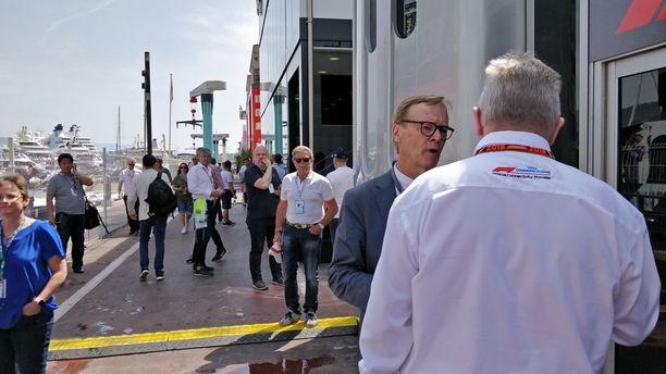 Ari Vatasella riittää juttuseuraa Monacon F1-varikolla.