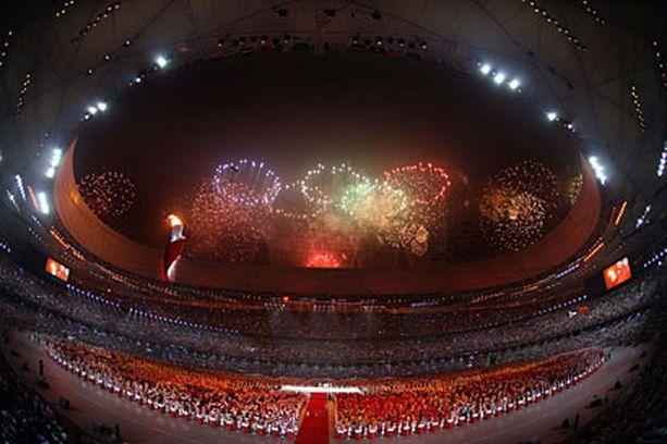 Pekingin taivaalla nähtiin huikea spektaakkeli avajaisiltana. Kuvan ilotulitukset ovat aitoja, mutta osa televisiossa nähdyistä ilotulituksista luotiin tietokoneella.