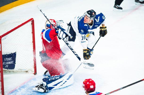 Jesse Puljujärvi ajoi hanakasti Ivan Botsharovin vartioimalle Venäjän maalille.