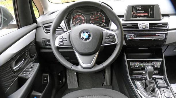 Ohjaamo on kuin kloonattu muista BMW-malleista. BMW:n tapaan keskinäyttöön on piilotettu mahtavasti tietoa mukaan lukien käyttöohjekirja.