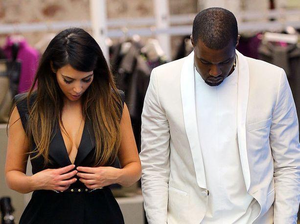 Kim Kardashianilla oli vaikeuksia pitää mekkoaan säädyllisenä.