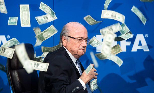 Fifan puheenjohtaja Sepp Blatter on väittänyt olevansa syytön järjestönsä korruptioskandaaliin.