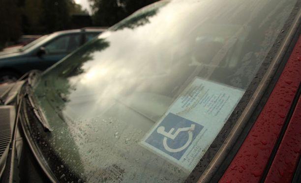 Poliisiviranomaisen myöntämä vammaisen pysäköintilupa antaa erioikeuksia henkilöauton pysäköinnissä. Kuvan tunnus on oikea eikä liity Korkeavuorenkadun tapaukseen.