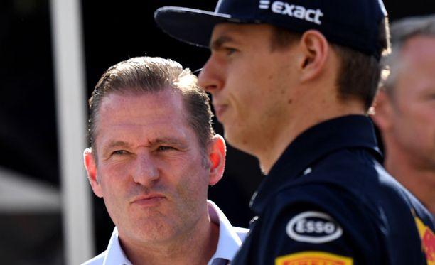 Max Verstappenin isä Jos Verstappen (vasemmalla) onnistui taas kerran aiheuttamaan kohun.