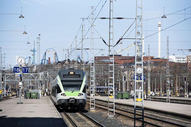 Tekninen vika pysäytti Helsingin junaliikenteen lähes kokonaan maanantaina aamupäivällä.